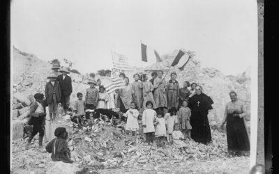 Bambini del terremoto di Avezzano con le bandiere italiane e americane