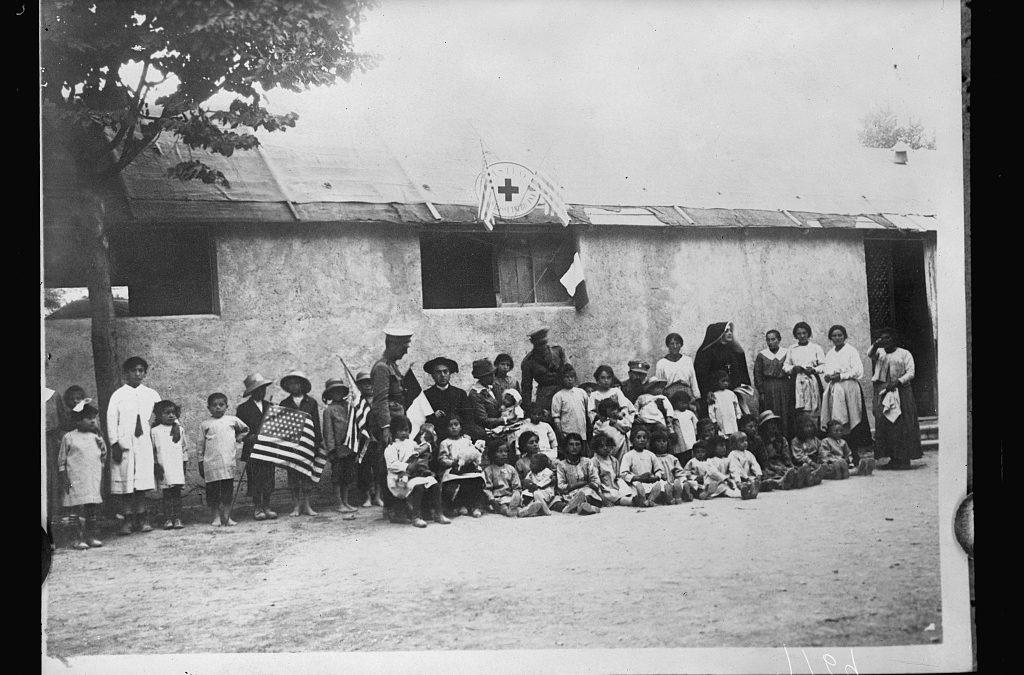 Bambini, suore e ufficiali radunati fuori dall'asilo allestito ad Avezzano