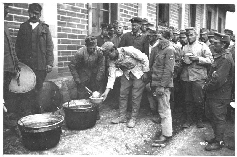 Campo di concentramento di Avezzano: distribuzione della zuppa