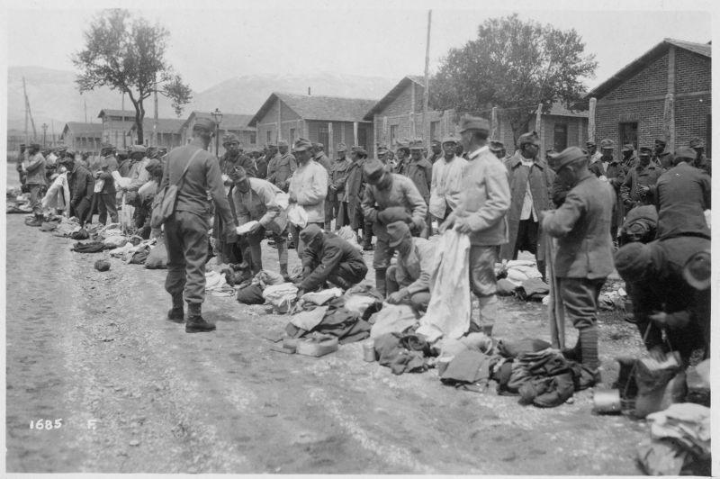 Distribuzione di indumenti al Campo di concentramento di Avezzano